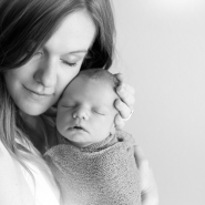 lifestyle newborn photos in black and white